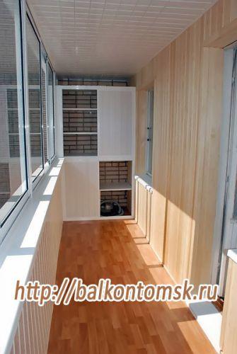 Отделка балкона ПВХ панелями с установкой алюминиевого шкафа